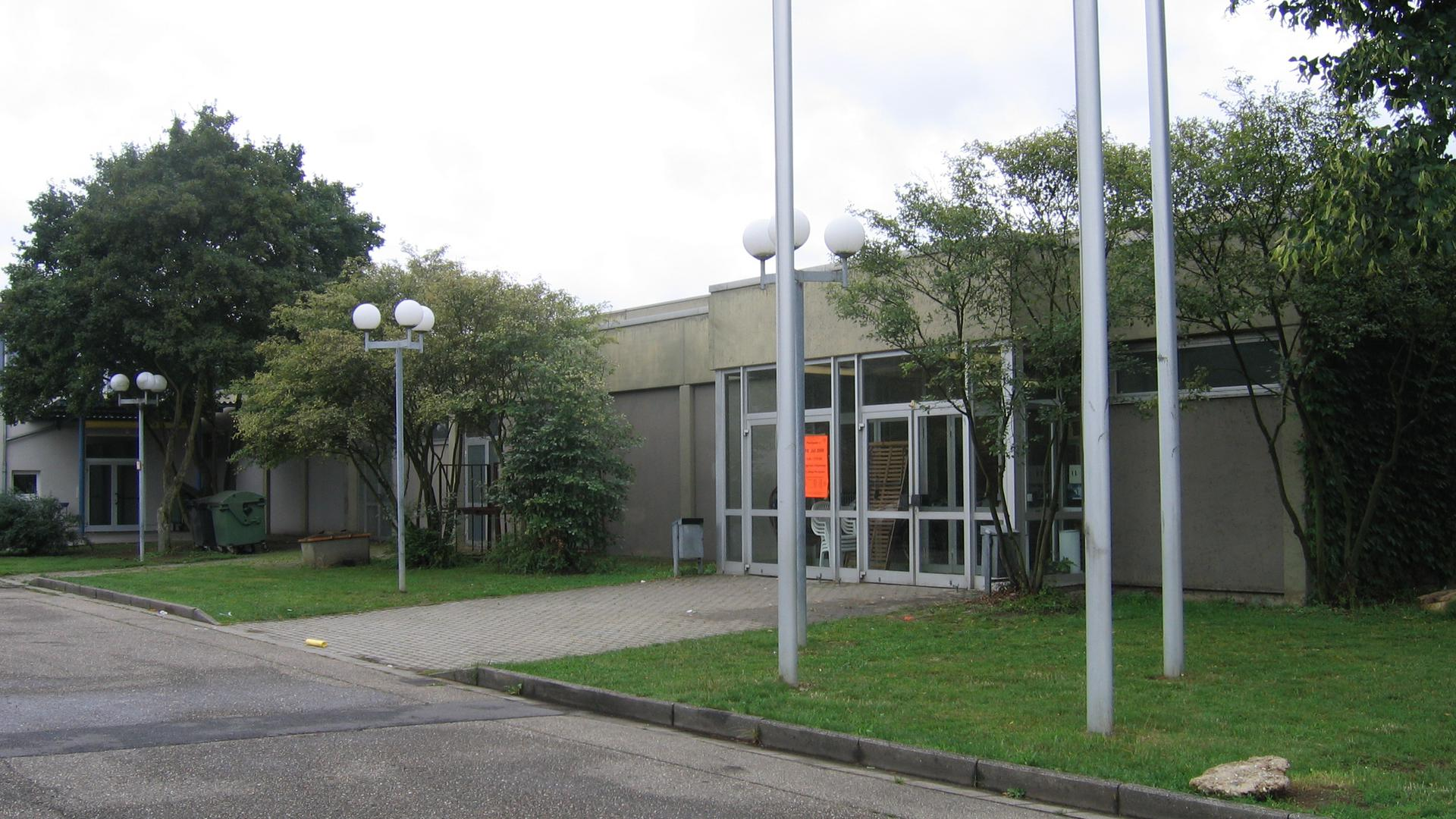 Der Messerangriff ereignete sich auf einem Parkplatz vor der Bürgerhalle in Ettlingenweier.