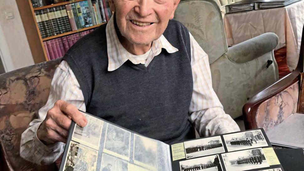 """Seine gesammelten Erinnerungen an den """"unsinnigen"""" Krieg will Helmut Scharf (95) überliefern."""
