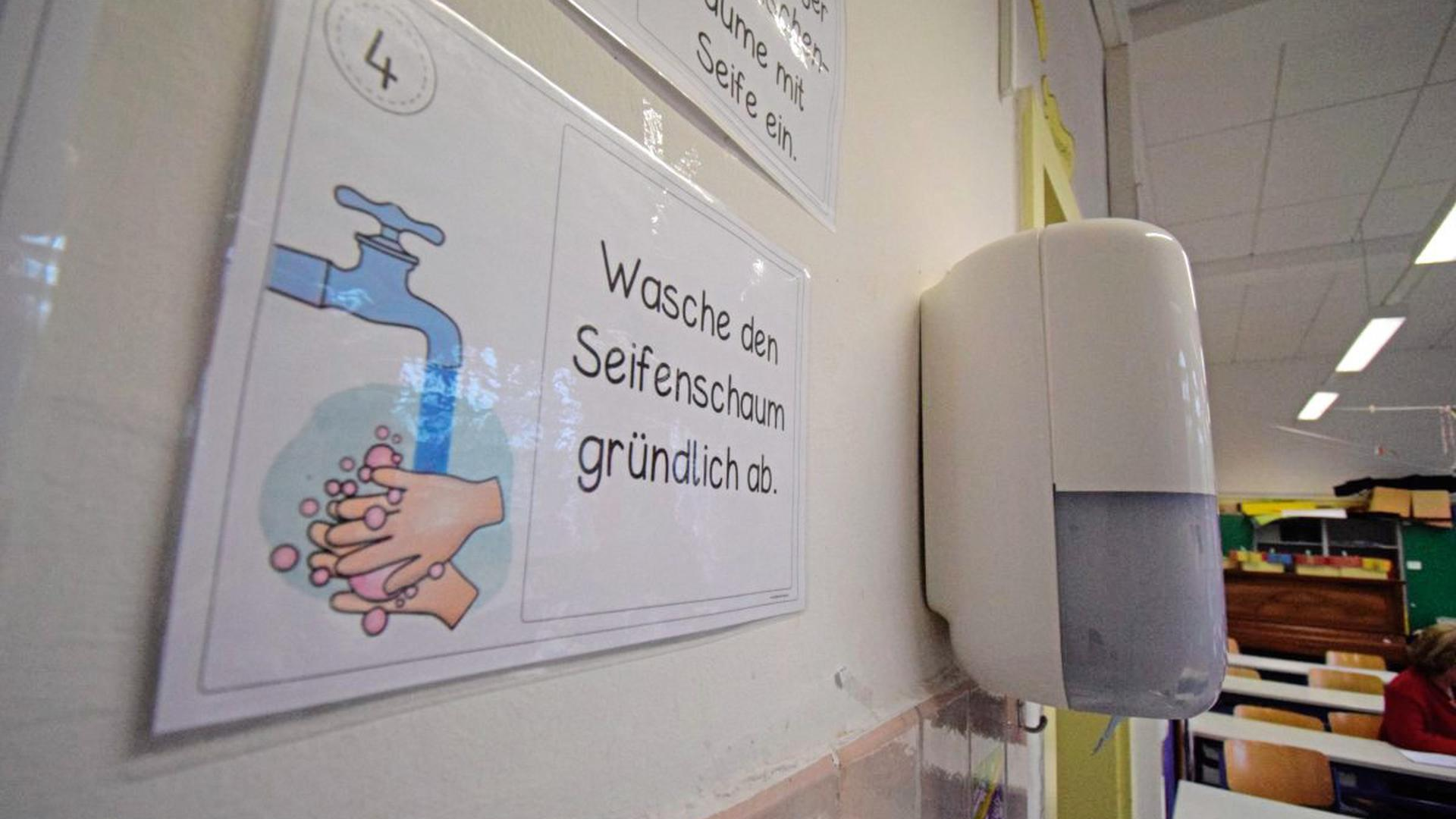 Mit Zetteln wie diesen werden die Jungs und Mädchen an der Ettlinger Schillerschule darauf hingewiesen, sich die Hände richtig zu waschen.