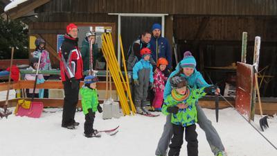 Im Skikurs in Dobel lernen Kinder das Fahren auf zwei Brettern. Hier starten sie gerade mit etwas Hilfe der Erwachsenen in die Abfahrt. Der kleine Skilift soll auch in diesem Jahr öffnen - trotz Corona. (Archivbild)