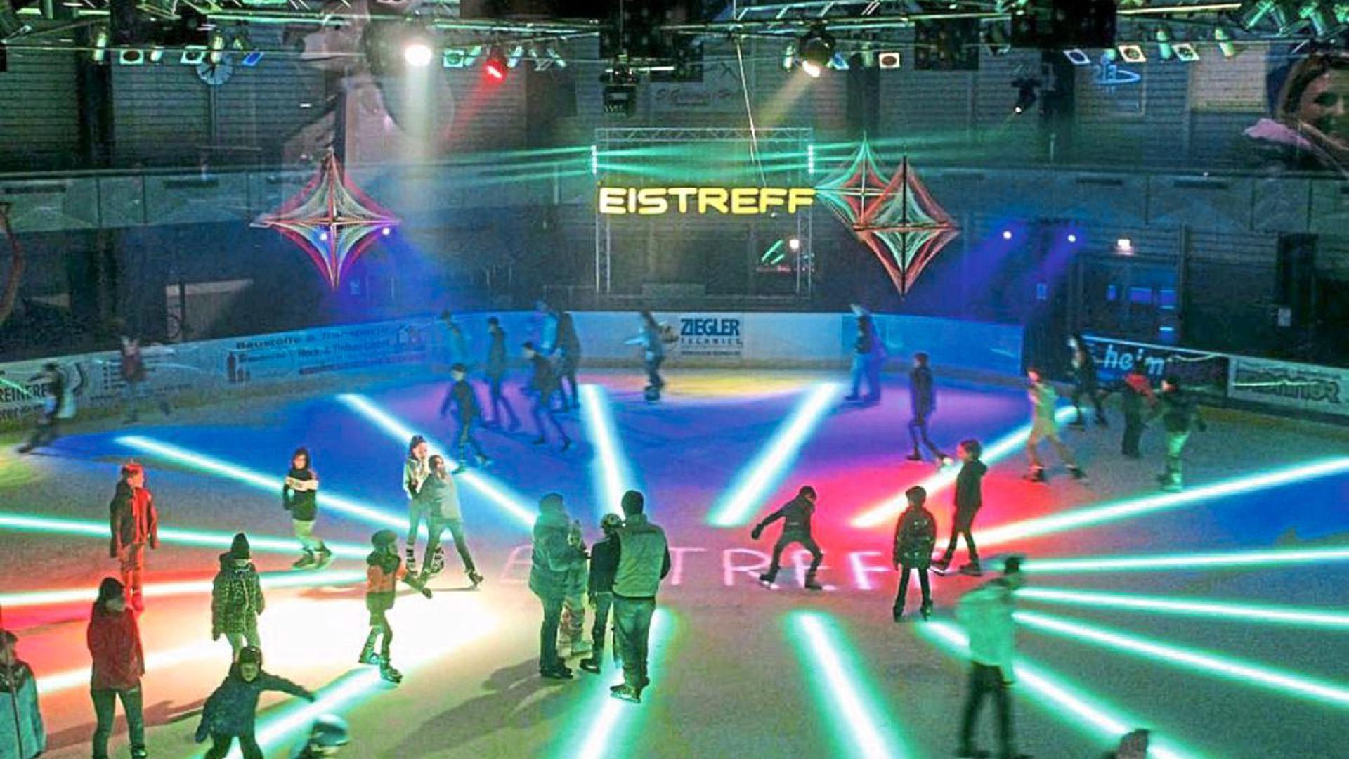 Auf dem Eis tummeln sich freitag- und samstagabends bei Eispartys viele Jugendliche, für die der Eistreff Waldbronn fester Anlaufpunkt Woche für Woche ist. Man trifft sich, bewegt sich, hat Spaß.
