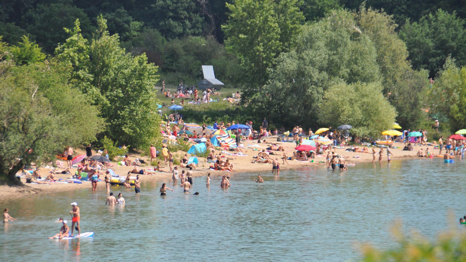 Einige Besucher wagten sich sogar ins Wasser. Andere blieben lieber unter ihrem Sonnenschirm liegen.