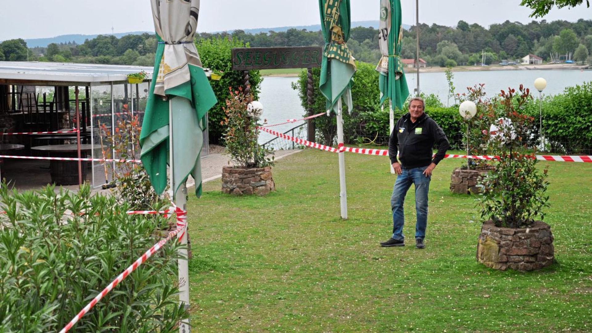 """Harald Sieder, Inhaber des Biergartens """"Seegugger"""" am Epplesee in Rheinstetten, hat für den Betrieb eine spezielle Wegeführung eingerichtet."""