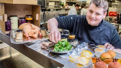 Gänse-Menü zum Selbermachen: Andre Lude aus der Küche des Erbprinz in Ettlingen präsentiert die Gänse-Box zum Mitnehmen. Vorpeisen, Beilagen und Desserts sind zum Teil vorgekocht in Gläsern verpackt oder schon ganz fertig. Der Vogel kommt später in den Ofen.