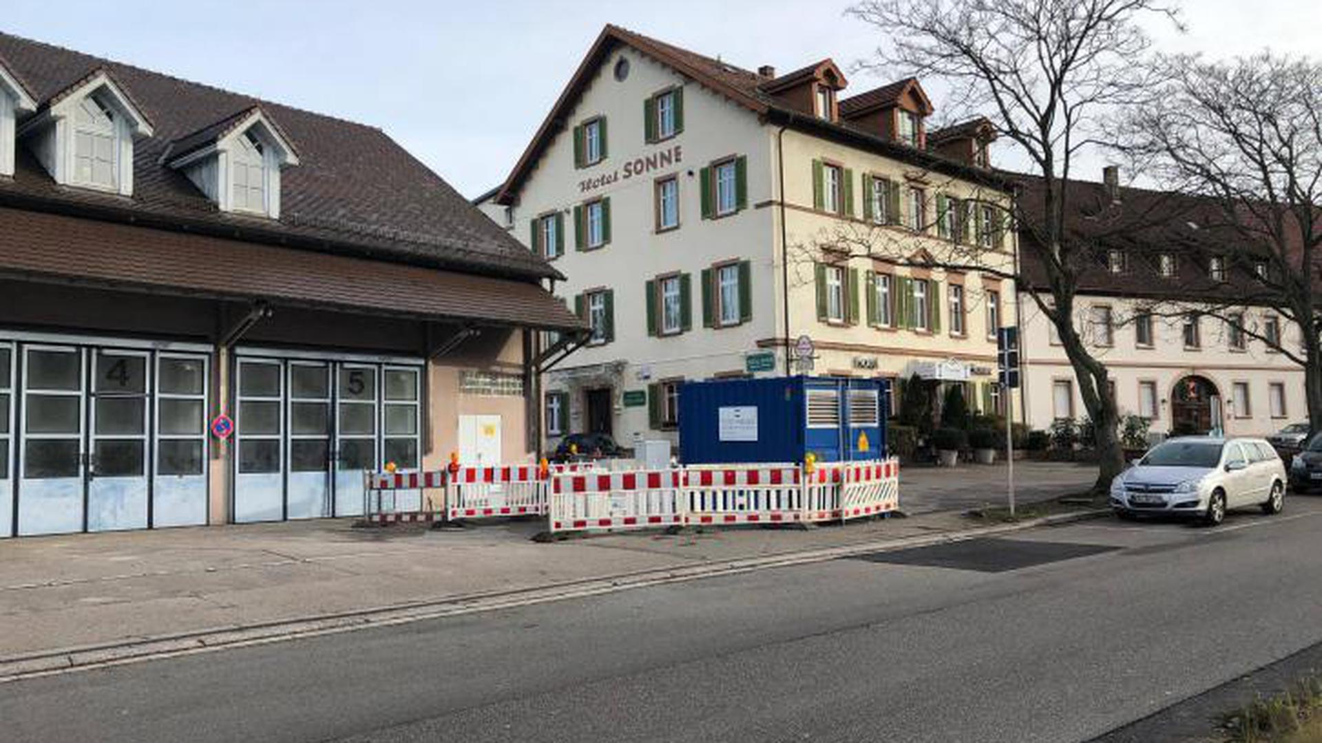 Auch die alte Fahrzeughalle neben dem Hotel Sonne wird weichen. Rechts im Container die Stromspannstation der Stadtwerke.