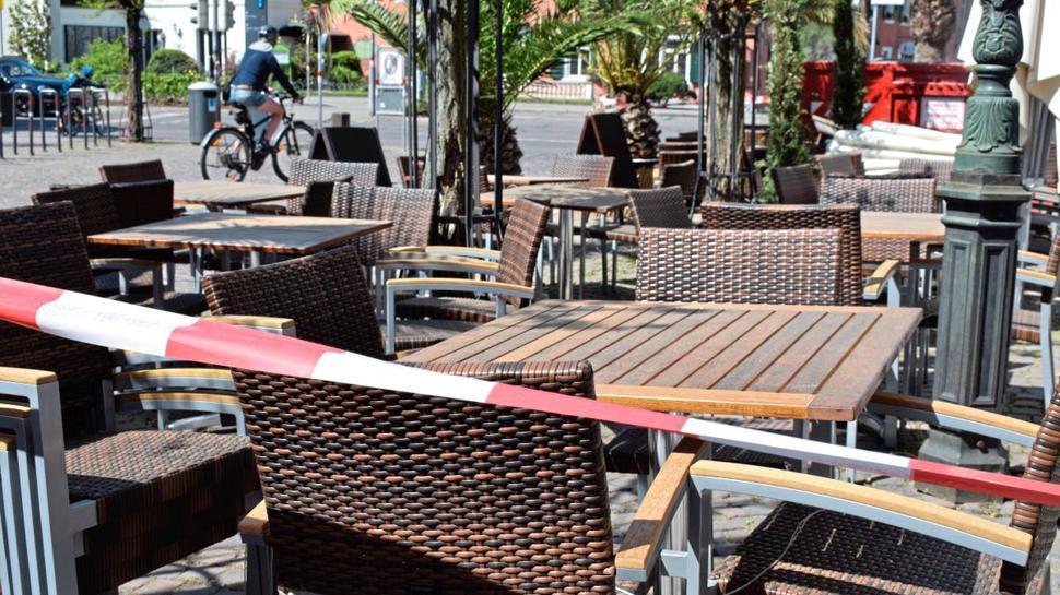 Sperrzone: Die Terrassen der Cafés und Restaurants in der Altstadt bleiben weiter menschenleer.