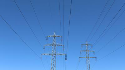 Stromtrasse bei Siegen-Oberschelden vor blauem Himmel