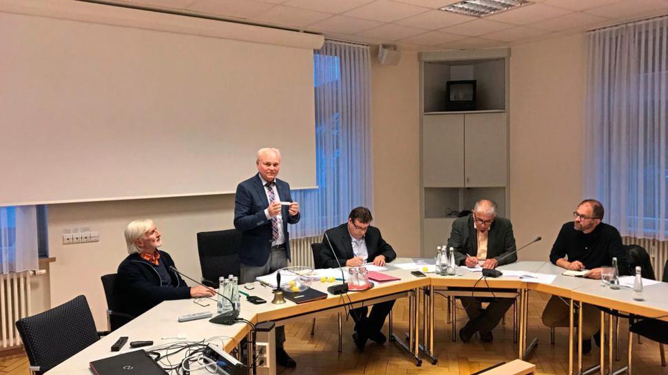 Der Wahlausschuss-Vorsitzende Bürgermeister Norbert Mai zieht die Bewerber der Kandidatenliste.