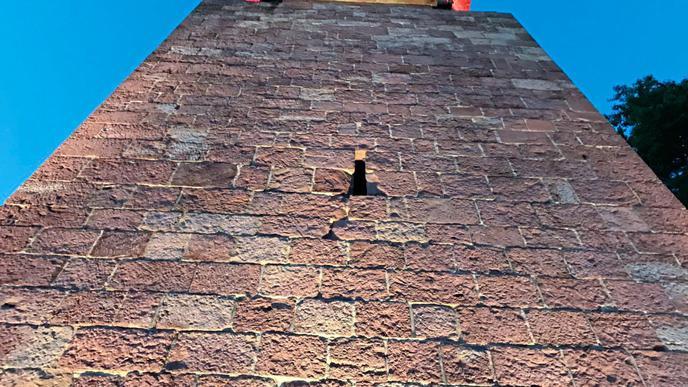 Der Bismarckturm ist seit Mai 1999 wieder für die Öffentlichkeit zugänglich. Am Abend wird er stimmungsvoll beleuchtet.
