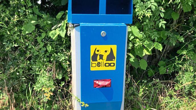 Diese Kombination aus Spender für Hundekot-Beutel und Mülleimer in Ettlingen-Spessart soll dabei helfen, die Belastung mit tierischen Fäkalien zu verringern...