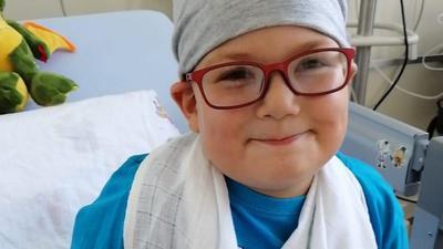 Julian Link (6) aus Malsch-Waldprechtsweier ist mit vier Jahren an Leukämie erkrankt. Eine Stammzelltransplantation war jetzt erfolgreich.