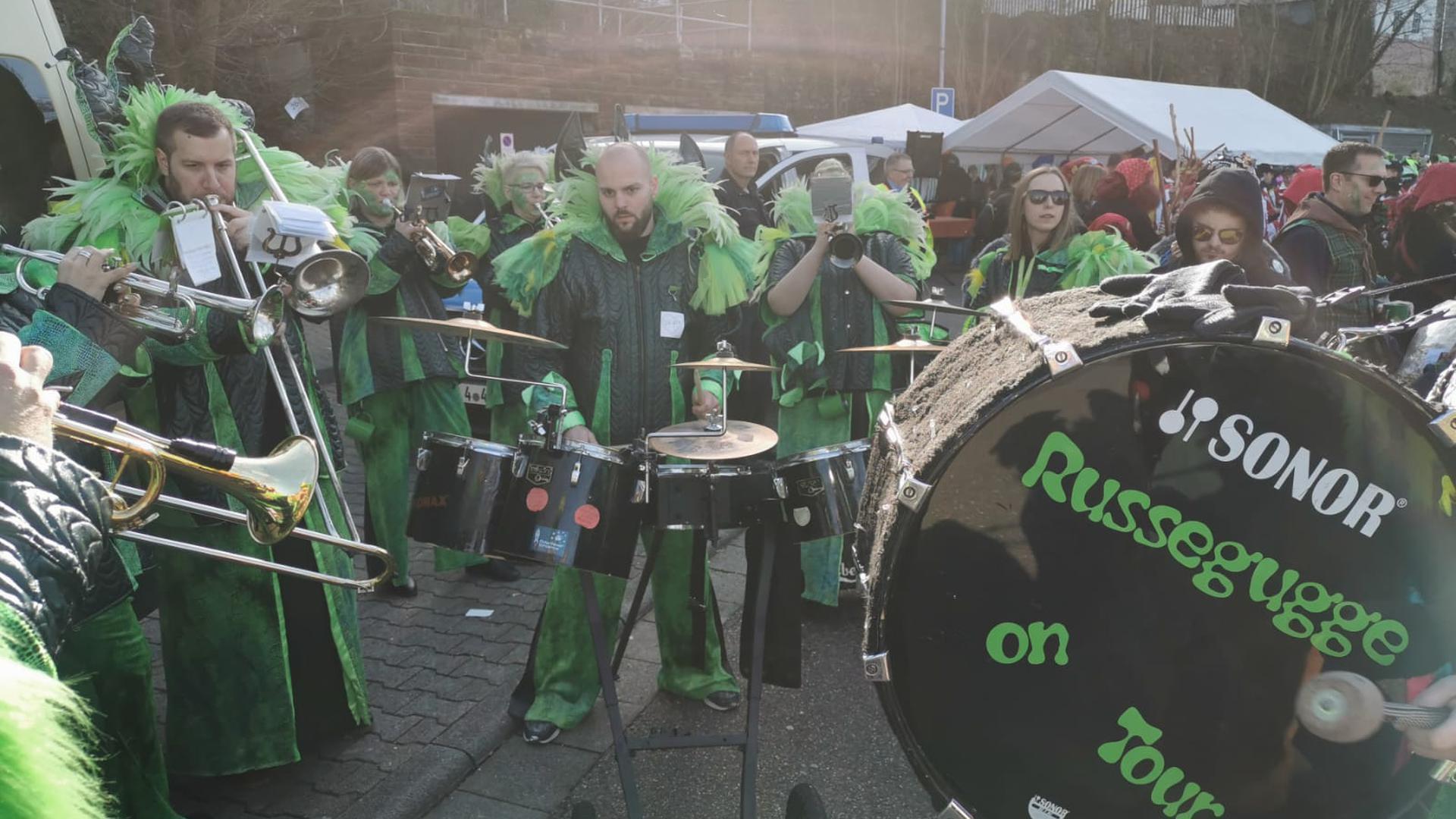 Der Auerbacher Spitzname Russe, diente der örtlichen Gugge-Musik als Namensgeben. Der schräge Klangkörper transportiert diesen über die Fasnetkampagne in coronafreien Jahren damit in die Region.