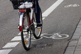Ein Radfahrer fährt auf einem Fahrrad-Schutzstreifen.