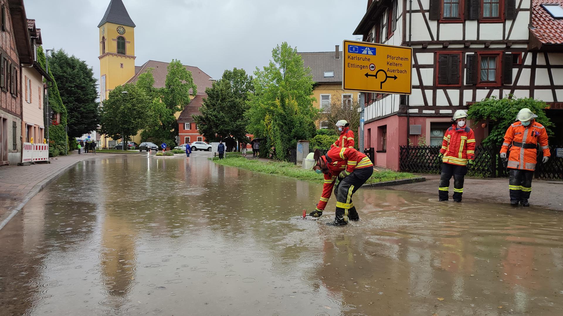 Überschwemmte Hauptstraße in Langensteinbach