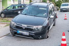 Auto bricht in Karlsbad durch Fahrbahndecke