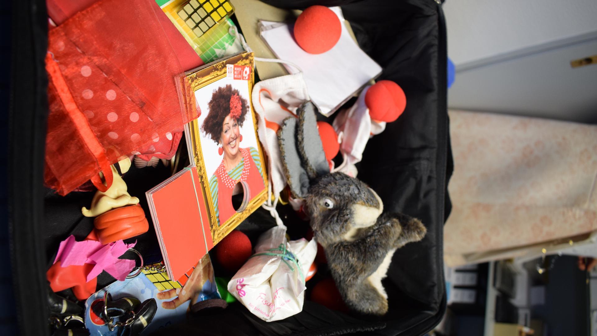 Requisitenkoffer: Handpuppen, Zauberwürfel und natürlich die FFP2-Masken mit aufgenähter Clownsnase zählen zur Ausstattung der beiden Klinikclowns in Karlsbad.