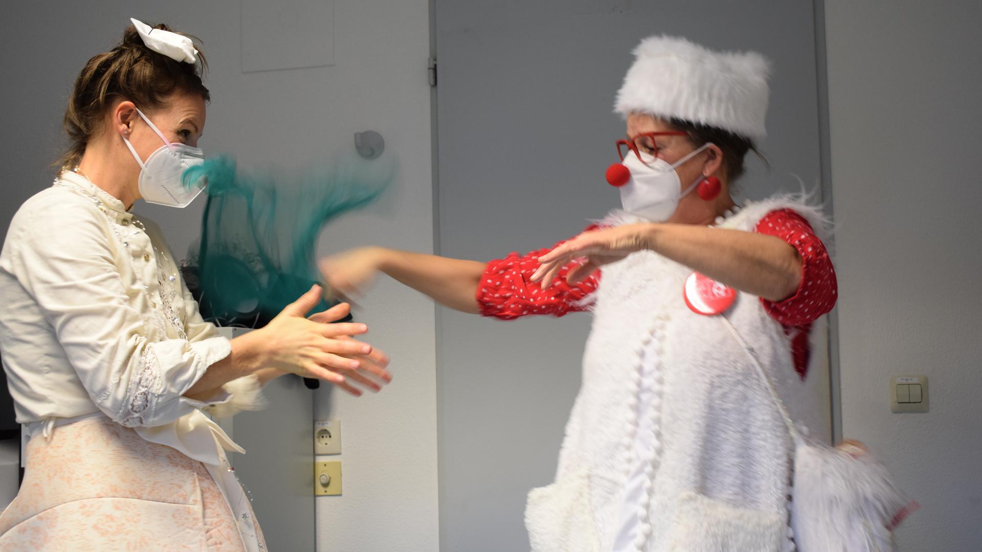 Warmmachen im Umkleideraum: Die Klinikclowns Berenike Felger (links) und Doris Batzler kurz vor der Tour über die Querschnittsgelähmten-Station im SRH-Klinikum.