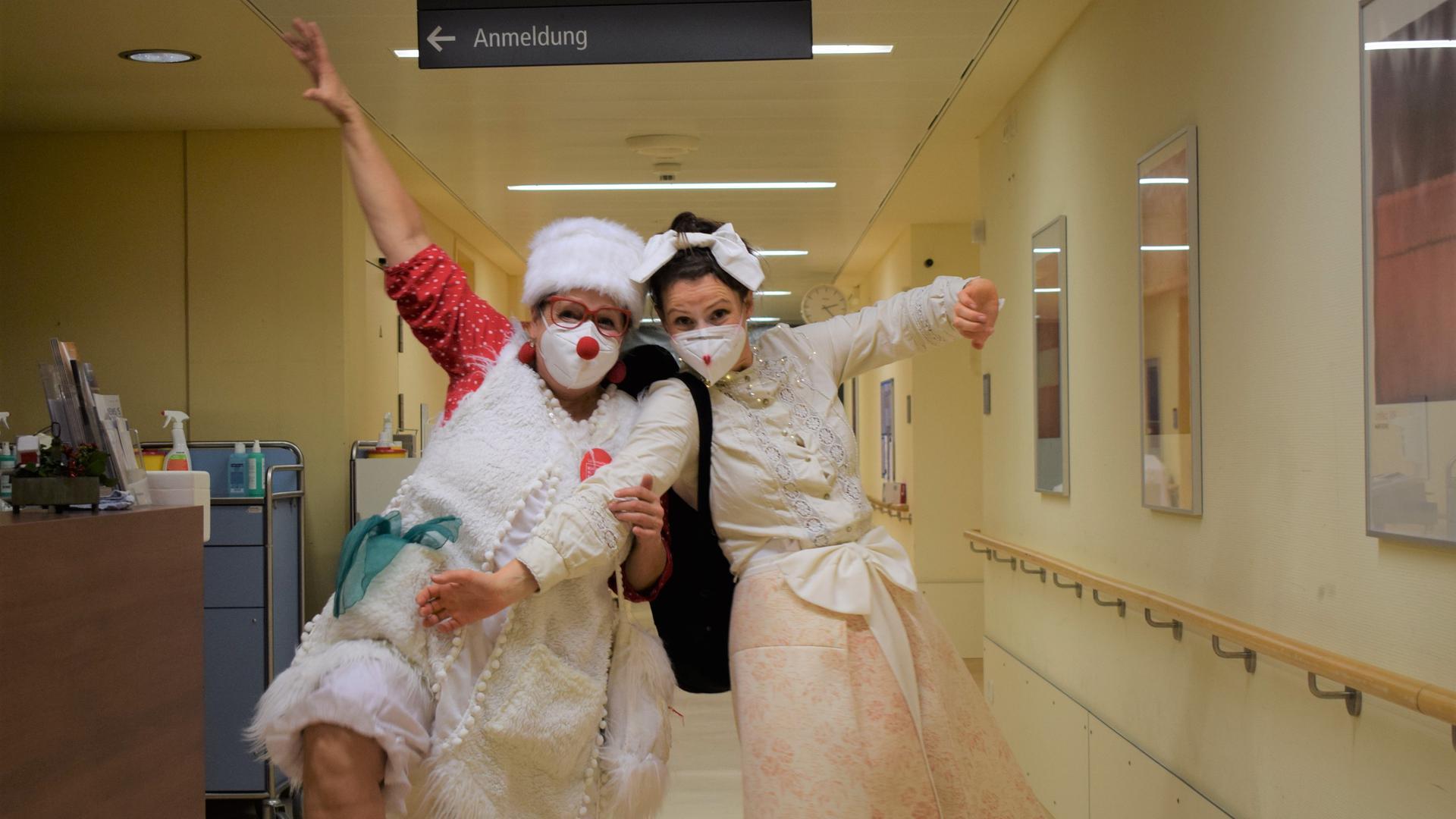 Bringen gute Laune mit: Die Klinikclowns Doris Batzler (links) und Berenike Felger sind einmal in der Woche auf der Station für Querschnittslähmungen am SRH-Klinikum in Karlsbad-Langensteinbach unterwegs.