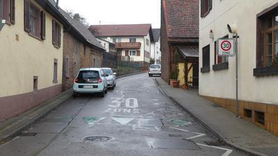 Engstelle: Die Großmüllergasse am Gasthaus Rössle in Karlsbad-Ittersbach.