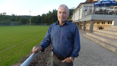 """Hofft auf eine Stammzellspende: """"Ich werde noch gebraucht, von der Familie und auch im Verein"""", sagt der Auerbacher Fredy Pfeiffer, hier auf der Sportanlage seines Vereins."""