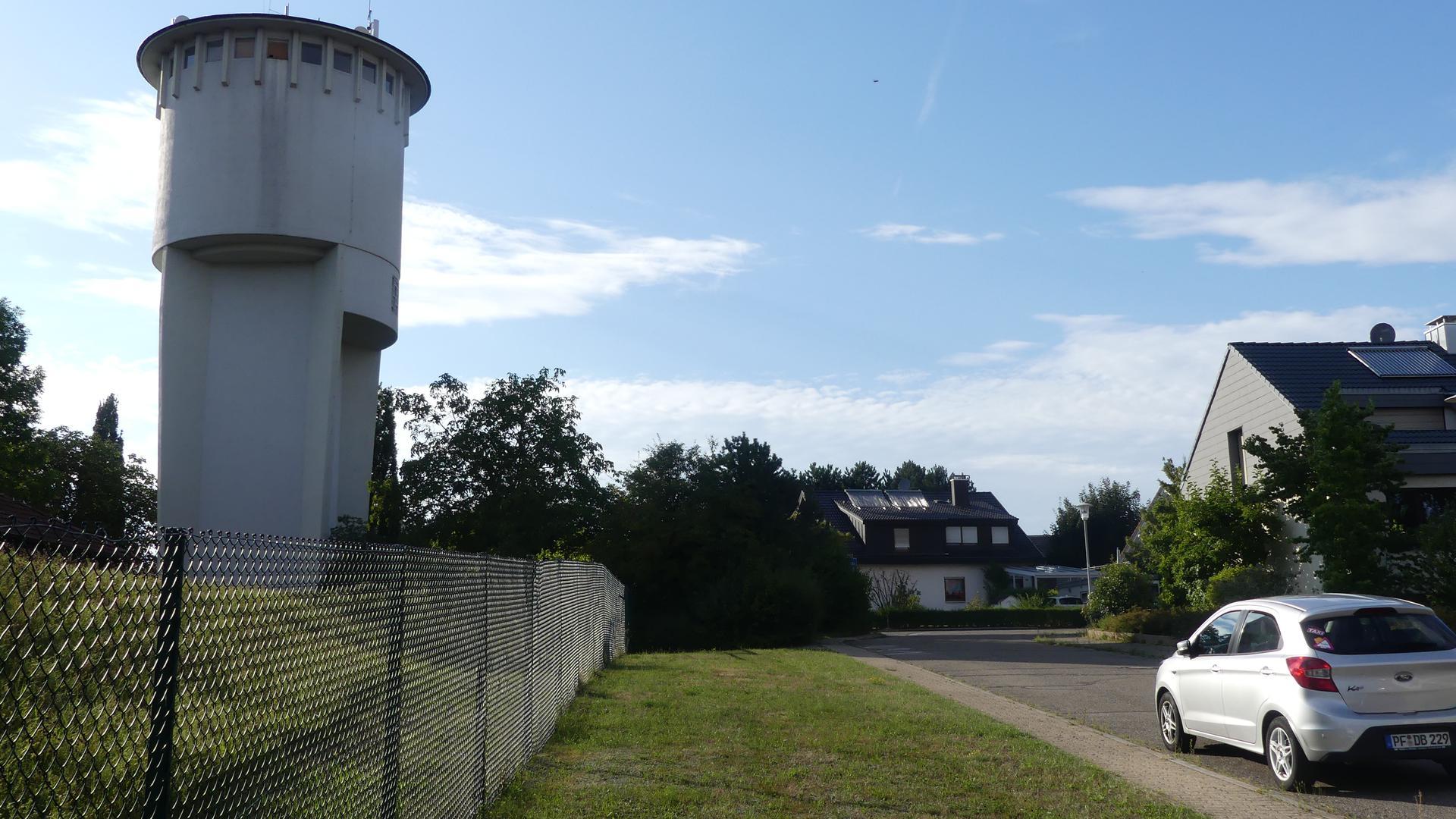 Blick auf den Wasserturm in Karlsbad-Spielberg, wo in den nächsten Tagen ein mobiler Funkturm installiert werden soll.