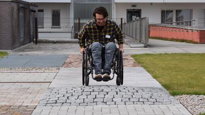 Mit Schwung über den Hügel: Für Tim Blessing sind Hindernisse wie dieses im Rollstuhlparcours auf dem Dach des SRH-Klinikums kein Problem mehr. Seit acht Jahren sitzt der 26-Jährige im Rollstuhl.