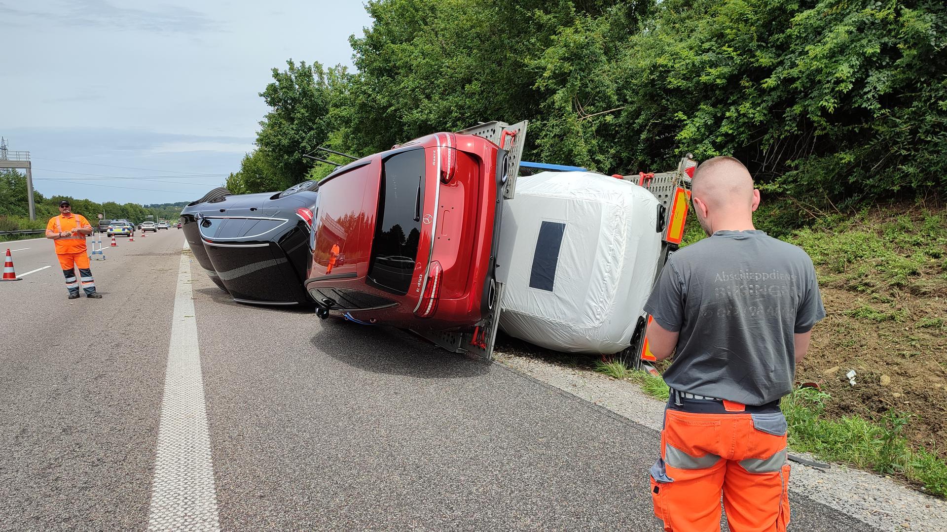 Auf der A8 bei Karlsbad ist ein Lkw umgestürzt.