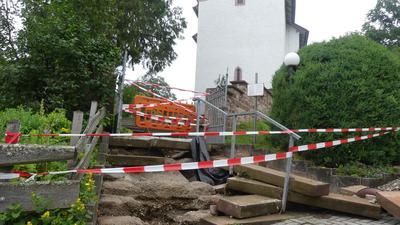 Weggespülte Treppen vor einer Kirche
