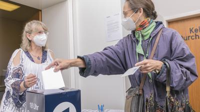 Nochmal zwei Kreuzchen bitte: Beate Hillenhagen (links) vom Wahlforschungsinstitut Infratest dimap befragt vor dem Wahllokal in Schluttenbach Wählerinnen und Wähler.