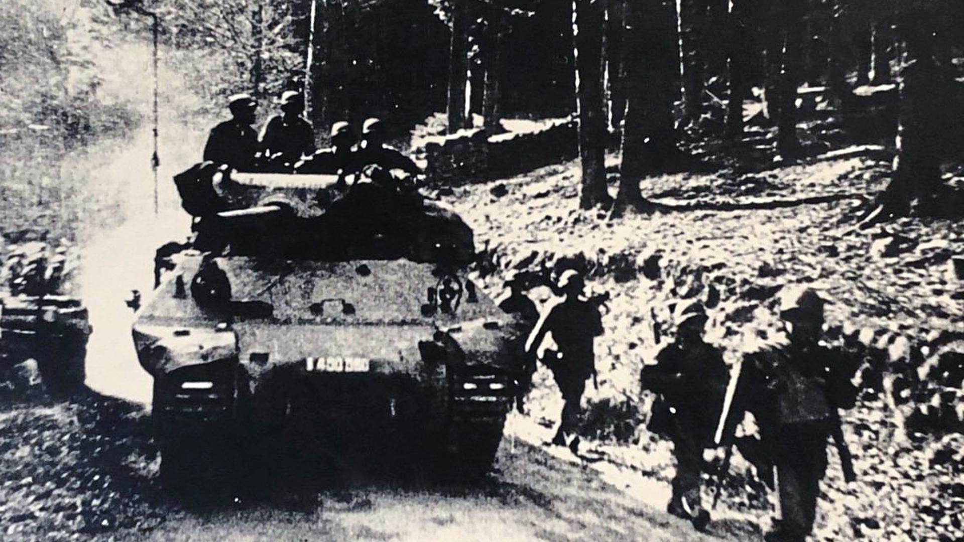 """Mit Panzern rücken Besatzungskräfte im Albtal vor. Das Foto ist auf der Titelseite des Buchs """"Die Karlsbader Orte im Krieg"""" zu sehen, das die Heimatforscherin Hildegard Ried 2001 veröffentlicht hat. Am 8. April erreichten französische Truppen Karlsbad."""