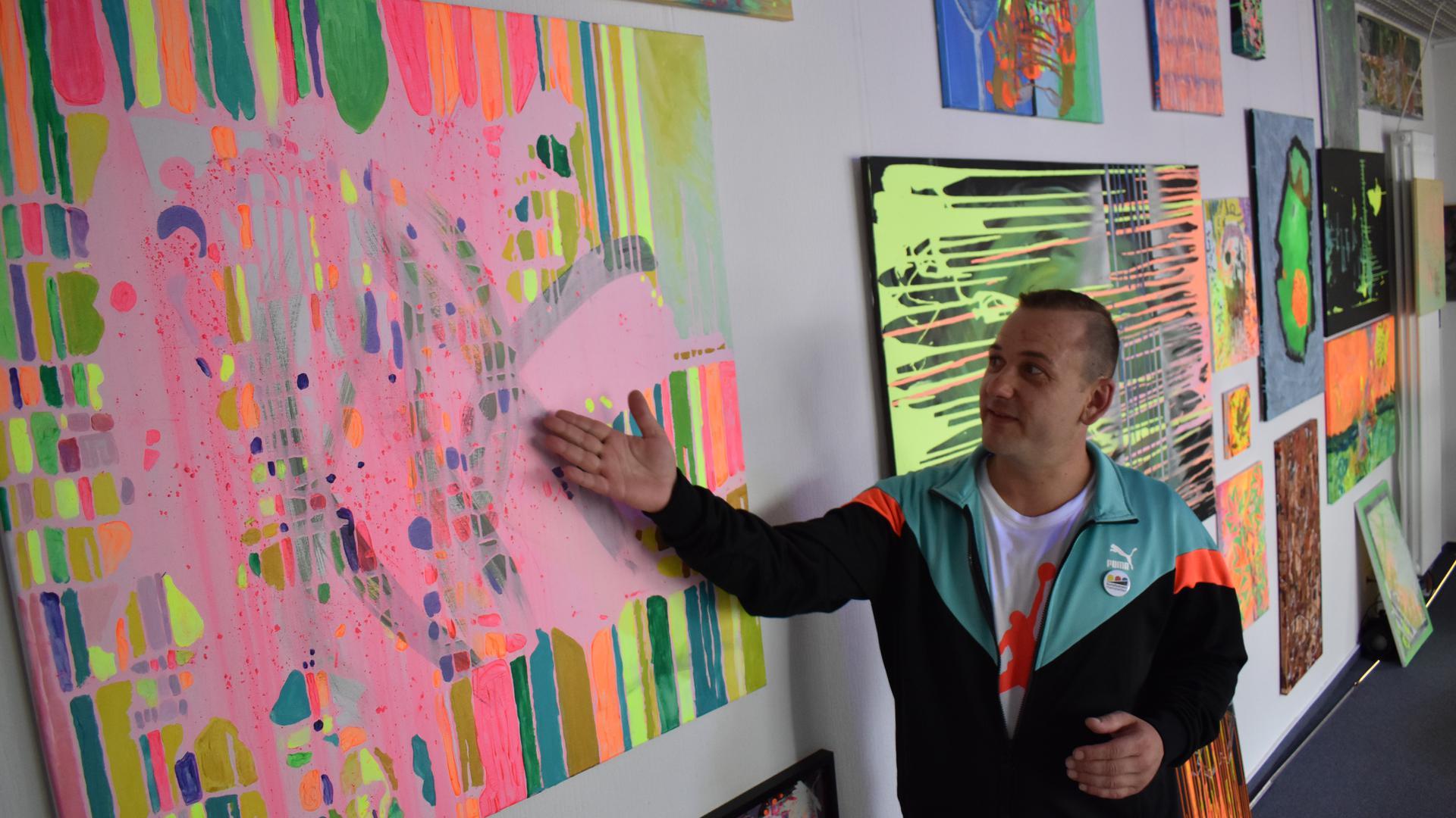 """Endlich wieder Publikum: Beim Kunstverein Rheinstetten zeigt Adrian Bopp unter der Überschrift """"Adiaddict"""" derzeit seine Werke. Die Ausstellung war schon vor Monaten geplant, aber Corona machte Verschiebungen nötig."""