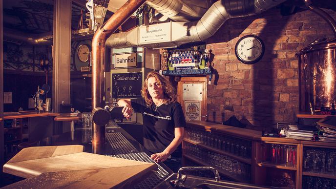 Heike Baumgärtner, die Geschäftsleiterin der Hausbrauerei Alter Bahnhof in Malsch, steht am leeren Tresen ihres Lokals.