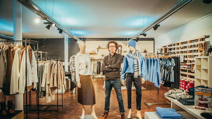 Wolfgang Elsässer steht in seinem Bekleidungsgeschäft Fun Factory in Malsch.