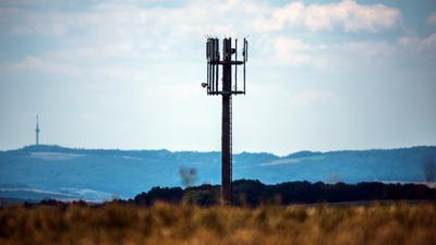 Ein Mobilfunkmast steht auf einer Anhöhe in der Verbandsgemeinde Meisenheim. Das Bundeskabinett hat am Mittwoch Eckpunkte für eine Mobilfunkstrategie beschlossen. Das erfuhr die Deutsche Presse-Agentur aus Regierungskreisen. Ziel ist es, dass Deutschland beim Mobilfunk eine «internationale Spitzenposition» auf Basis einer flächendeckenden 4G-Versorgung erreicht. +++ dpa-Bildfunk +++