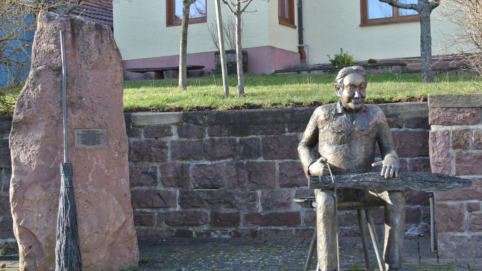 Die Statue des Besenbinders wurde 2004 anlässlich des 750. Jubiläums am Rathaus in Völkersbach aufgestellt.
