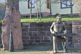 Die Statue des Besenbinders wurde 2004 anlässlich des 750. Jubiläums gegenüber des Rathauses in Völkersbach aufgestellt.