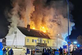 Meterhohe Rauchsäulen: Von weitem war das Feuer zu sehen, das in einem Wohnhaus im Malscher Ortskern wütete und neun Bewohner um ihr ganzes Hab und Gut brachte.