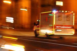 Ein Rettungswagen des Bayerischen Roten Kreuzes (BRK) fährt am 12.05.2012 in München (Oberbayern) im Einsatz eine Straße entlang. Am Donnerstag entscheidet der Bayerische Verfassungsgerichtshof über den Vorrang von Hilfsorganisationen im Rettungswesen. Foto: Nicolas Armer dpa/lby (zu dpa-Gespräch «Rotes Kreuz: Wir brauchen Vorrangstellung» vom 20.05.2012) ++ +++ dpa-Bildfunk +++