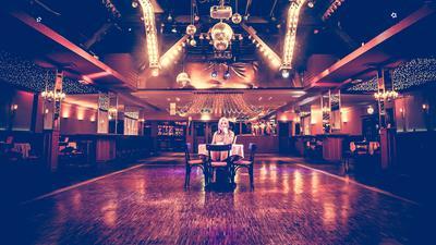"""Dagmar Sammüller sitzt an einem Tisch auf der Tanzfläche ihres Lokals """"Lauinger"""" in Malsch, das coronabedingt zu bleiben muss."""