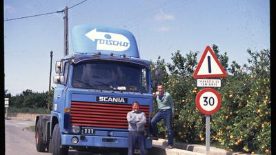 """On the road: Gerlach Fronemann (rechts) steht 1984 neben seinem Truck bei Castellon. Der heute 75-Jährige tourte damals als Fernfahrer quer durch Europa – und lernte dabei auch den Spruch """"Mörsch, Malsch, Madrid"""" ."""