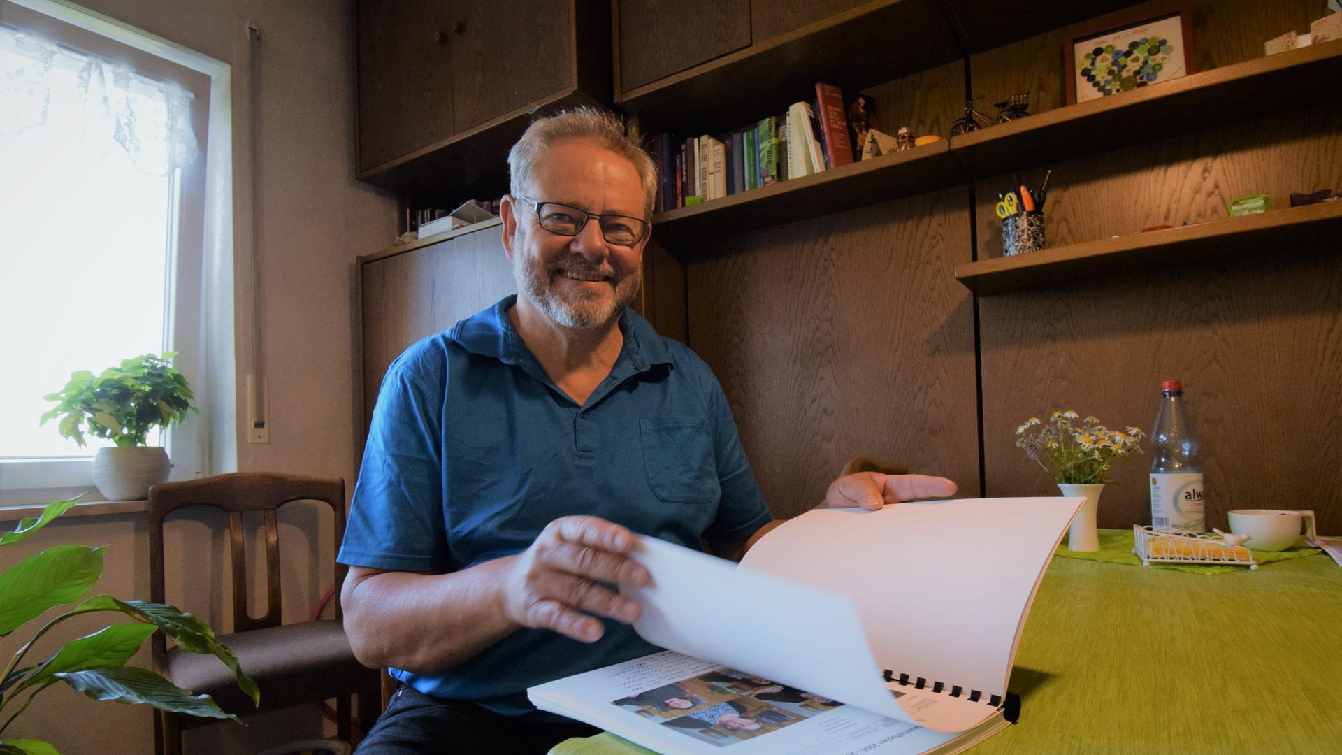 Harald Becker sitzt im Wohnzimmer seines Hauses in Karlsbad-Langensteinbach