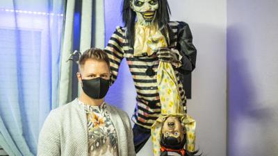 """Dirk Bieler aus Malsch besitzt einige """"Animatronics"""", das sind bewegliche Halloween-Figuren. Dieses hier ist über zwei Meter groß."""