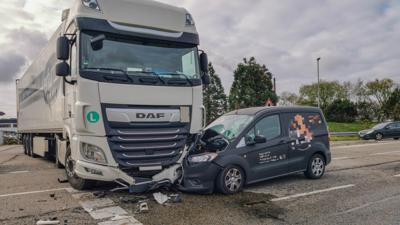 Lkw und schwer beschädigter Kastenwagen