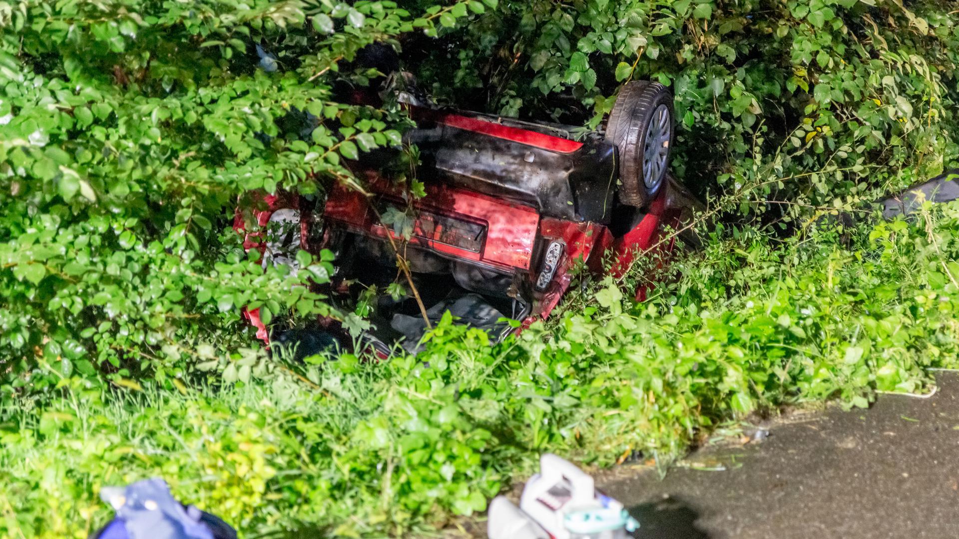 Autowrack nach Unfall auf der B3 bei Malsch