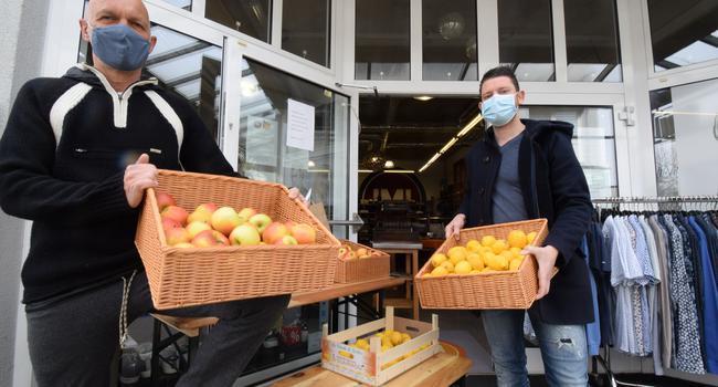 Äpfel und Zitronen: Imi Taller (links) und sein Sohn Florian versuchen, im Lockdown mit dem Verkauf von Früchten Umsätze zu generieren und Präsenz zu zeigen.