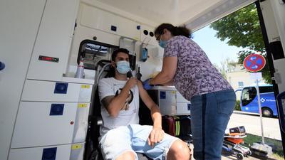 Impfstation im Krankentransporter: 44 Menschen bekamen am Freitagnachmittag bei einer Aktion auf dem Parkplatz des Bürgerhauses Malsch den schützenden Piks.
