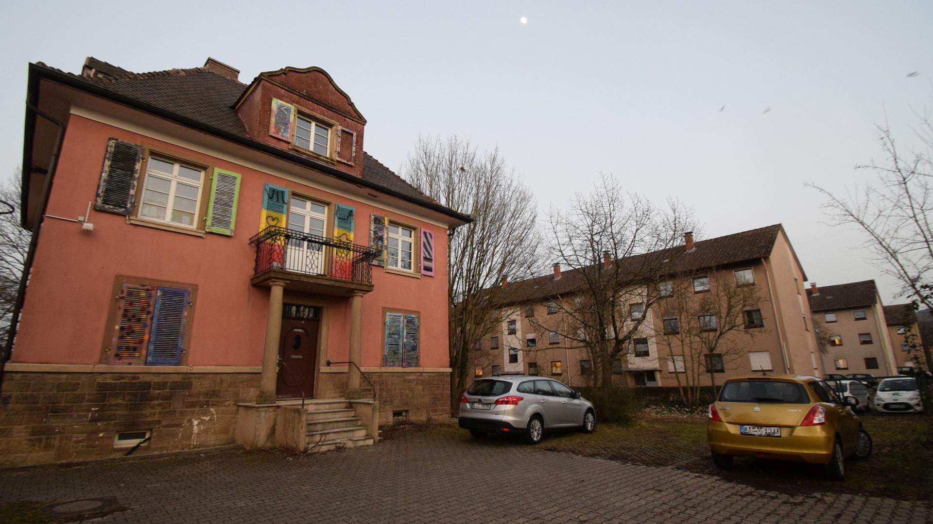 Die ehemalige Jugendhaus-Villa (links) und die drei angrenzenden Gebäude der Baugenossenschaft Ardensia (ehemals Familienheim)