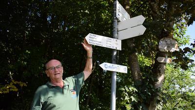 Er kennt den Schwarzwald bei Malsch wie kaum ein anderer: Kurt Sauer steht an an einem Wegweiser in der Nähe von Völkersbach.
