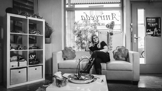 Dunja Heinzler sitzt auf dem Sofa ihres Kosmetikstudios Anirveda in Malsch.