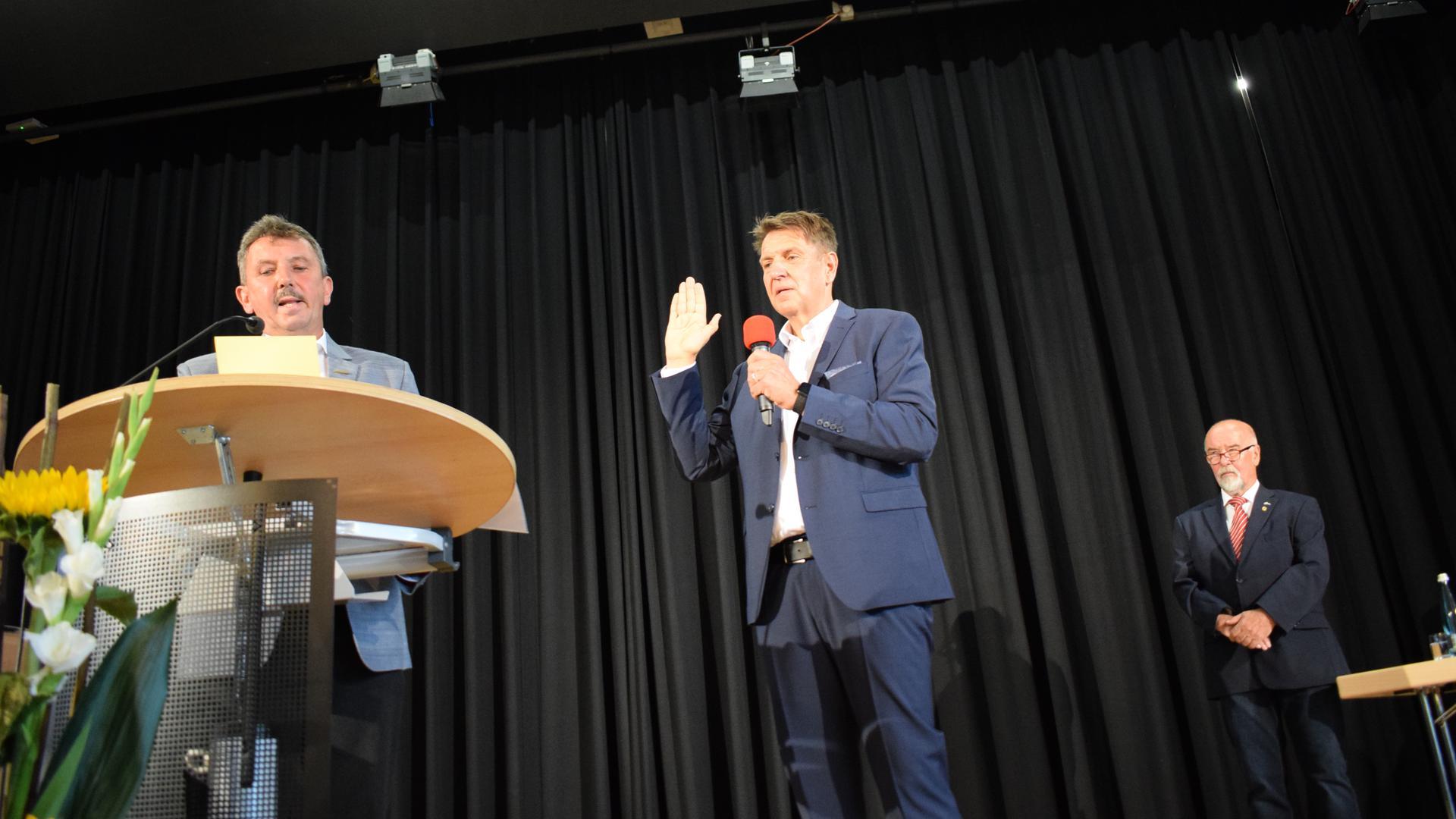 Feierlicher Moment: Markus Bechler legt im Bürgerhaus seinen Amtseid ab.